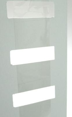 テープを台紙の裏に貼って使用する什器です。