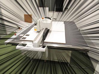パッケージ、化粧箱試作のためのサンプルカット機を導入