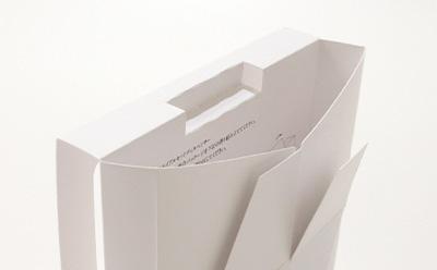 ディスペンサーとしても、スタンドにもなる箱の形状