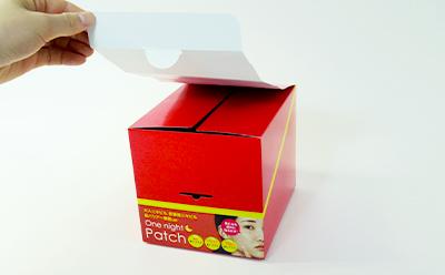 カートン輸送陳列箱は、輸送時ただのフタだった部分が店舗では商品を目立たせるPOPに変身します。