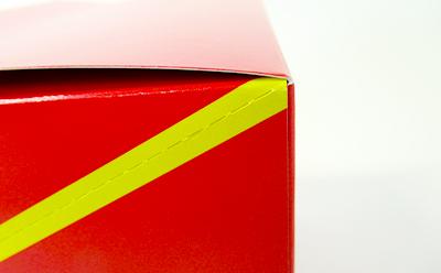 ミシン目に沿って不要な部分を切り取るだけで、輸送箱からPOPつき什器になります。