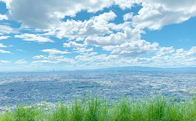 生駒山の展望台からの写真です。雲が夏らしい。